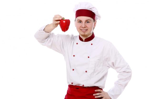 Junger chef mit rotem paprika