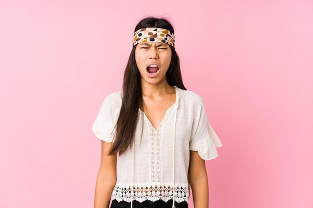 Junger chinesischer hippie lokalisiertes sehr verärgertes und aggressives schreien.