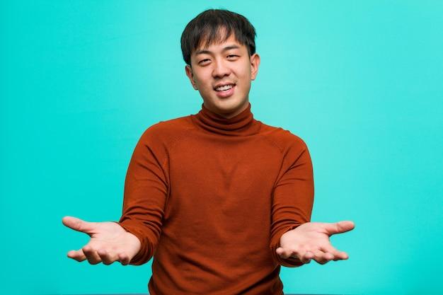 Junger chinesischer mann, der einlädt zu kommen