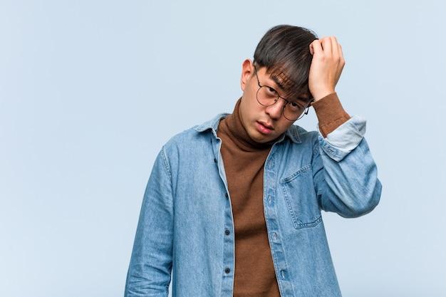 Junger chinesischer mann müde und sehr schläfrig