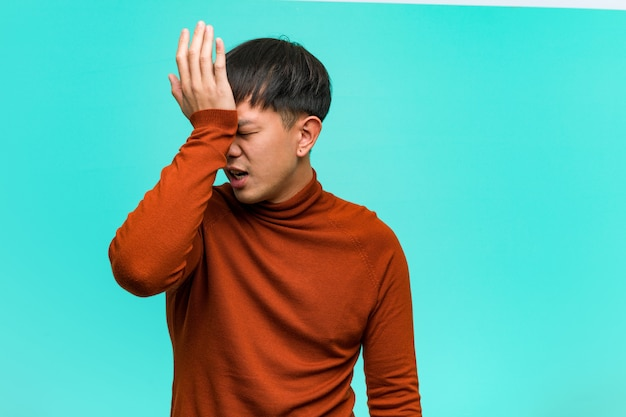 Junger chinesischer mann vergesslich, etwas realisieren