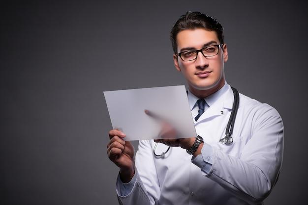 Junger doktor, der an tablet-computer arbeitet