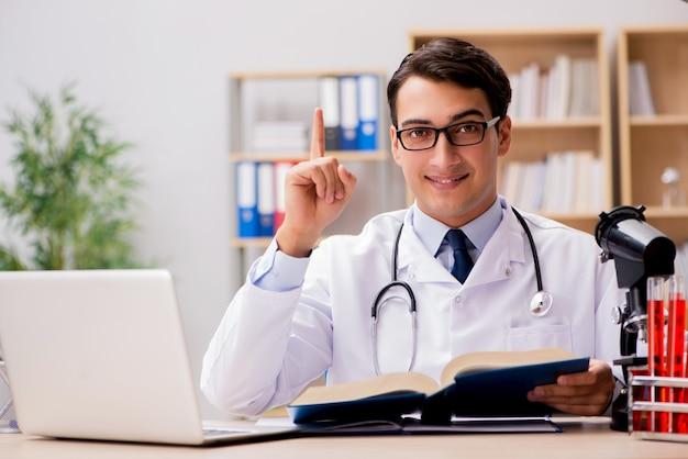 Junger doktor, der medizinische ausbildung studiert