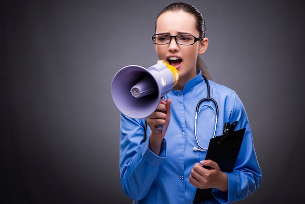 Junger doktor im medizinischen konzept