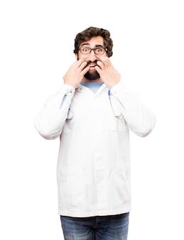 Junger doktor mann angst ausdruck