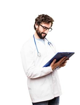 Junger doktor mann mit einem bericht