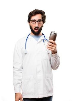 Junger doktor mann mit einem bier