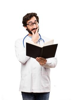 Junger doktor mann mit einem buch