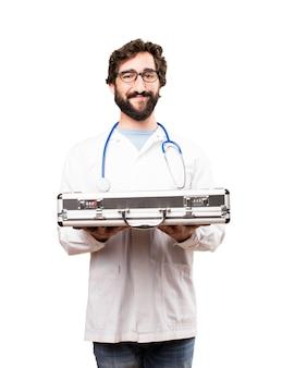 Junger doktor mann mit einem koffer
