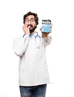 Junger doktor mann mit einem taschenrechner