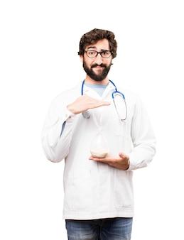 Junger doktor mann mit einer sanduhr