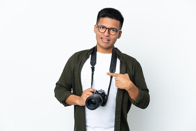 Junger ecuadorianischer fotograf lokalisiert auf weißer wand mit überraschendem gesichtsausdruck