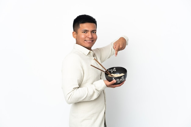 Junger ecuadorianischer mann isoliert