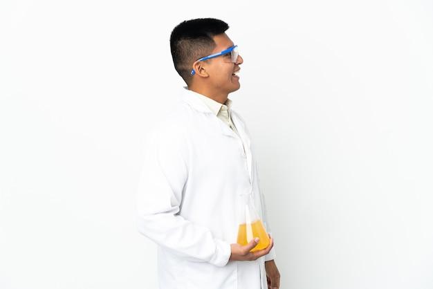 Junger ecuadorianischer wissenschaftlicher mann, der in seitlicher position lacht