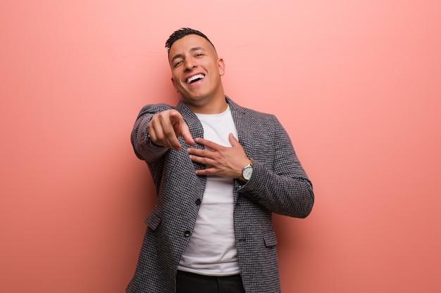 Junger eleganter lateinischer mann träumt davon, ziele und zwecke zu erreichen