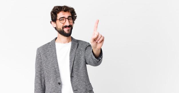 Junger eleganter mann, der nummer eins oder zuerst mit der hand vorwärts zeigt