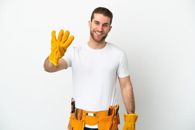 Junger elektrikermann über isolierter weißer wand glücklich und zählt vier mit den fingern