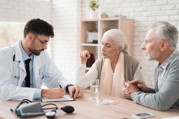 Junger erfahrener doktor schreibt verordnung für medizin vor.