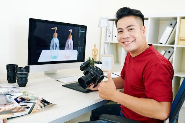 Junger erfolgreicher fotograf