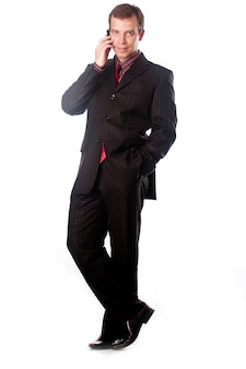 Junger, erfolgreicher geschäftsmann, der am telefon spricht