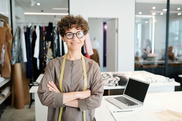 Junger erfolgreicher modedesigner auf arbeitsplatz- und freizeitkollektion