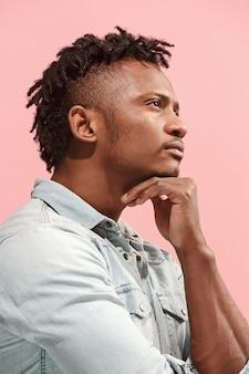 Junger ernsthafter nachdenklicher afroamerikanischer geschäftsmann. zweifel konzept. profilansicht