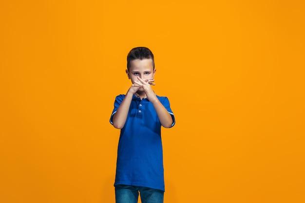 Junger ernsthafter nachdenklicher jugendlich junge. zweifel konzept.