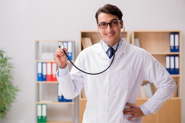 Junger erwachsener doktor, der im krankenhaus arbeitet
