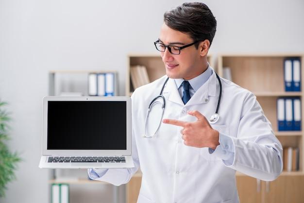 Junger erwachsener doktor mit laptop-computer
