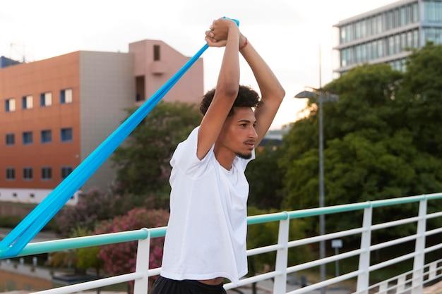 Junger erwachsener macht outdoor-fitness