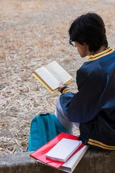 Junger ethnischer mann, der draußen studiert
