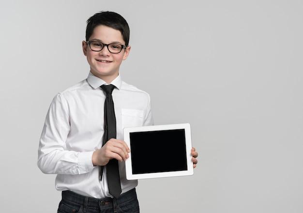 Junger firmenarbeiter, der tablette hält
