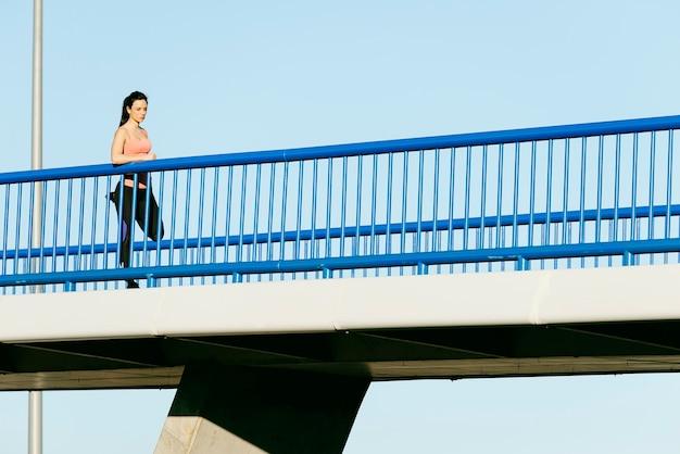 Junger fitnessfrauenläufer, der nach dem lauf beine ausdehnt. sport-konzept.