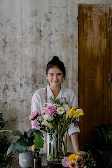 Junger florist macht ein schönes blumenarrangement