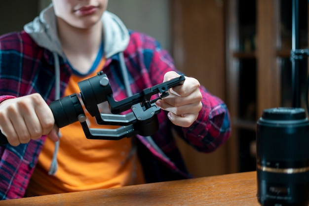 Junger fotoausrüstungsreparaturmeister in einer werkstatt