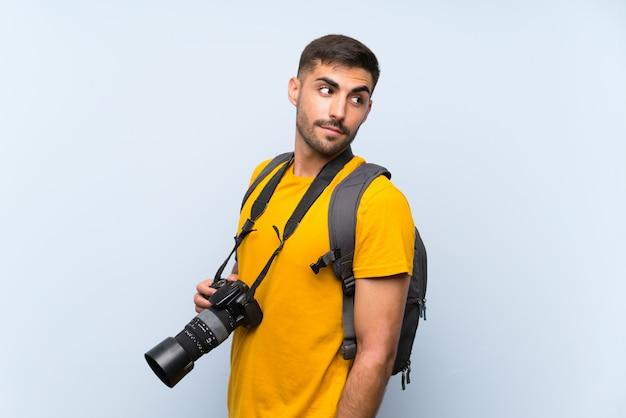 Junger fotograf mann lacht