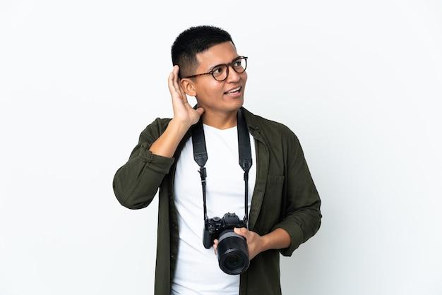 Junger fotograf über isoliertem hintergrund