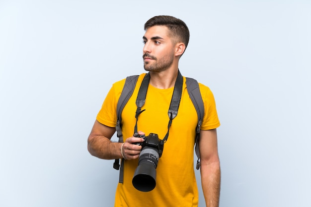 Junger fotografmann, der seite schaut