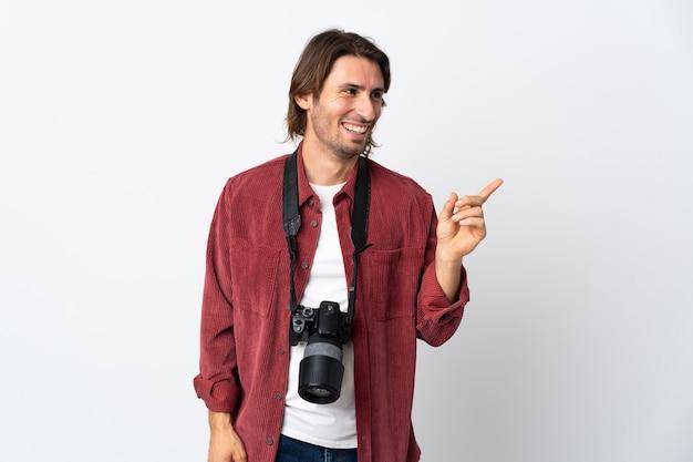 Junger fotografmann lokalisiert auf weißem hintergrund, der beabsichtigt, die lösung zu realisieren, während er einen finger anhebt