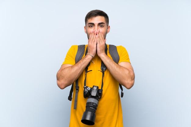Junger fotografmann mit überraschungsgesichtsausdruck