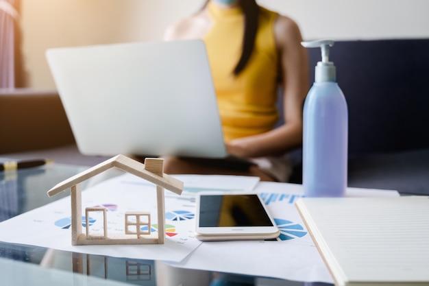 Junger freiberufler start-up-eigentümer bestätigen bestellung vom kunden im home office