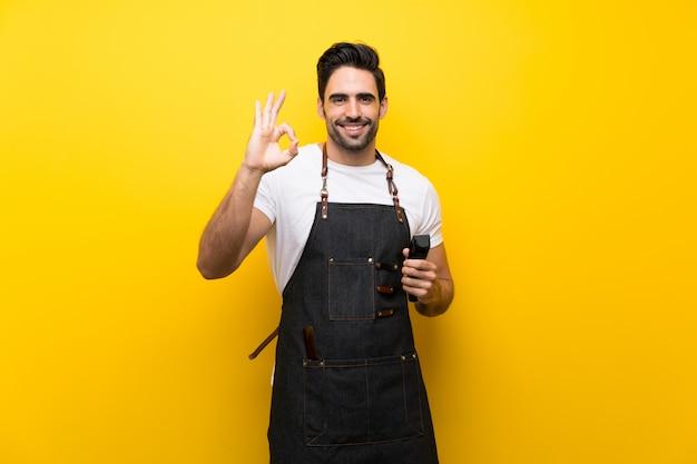 Junger friseurmann, der okayzeichen mit den fingern zeigt