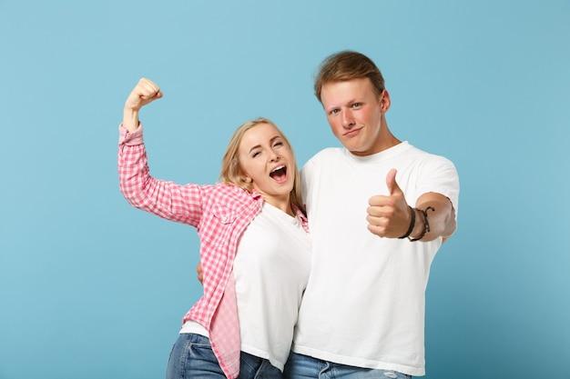 Junger fröhlicher paarfreund mann und frau in weißen rosa leeren leeren t-shirts