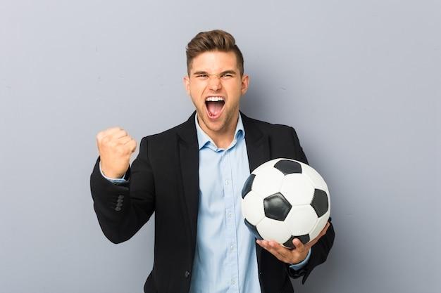 Junger fußballtrainer, der sorglos und aufgeregt zujubelt. sieg-konzept.