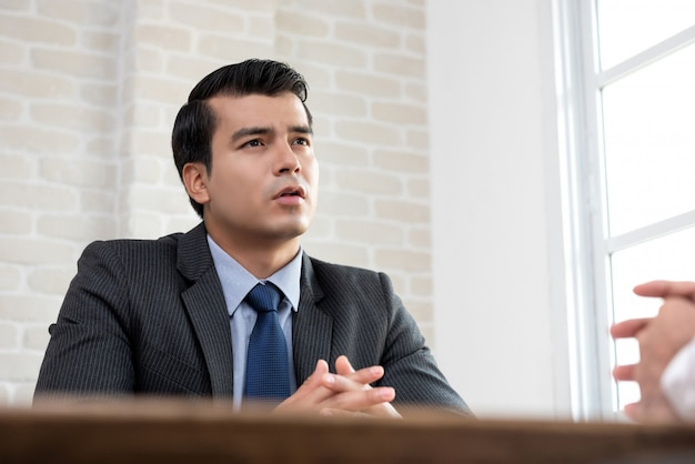 Junger geschäftsmann als berater, der mit kunden spricht
