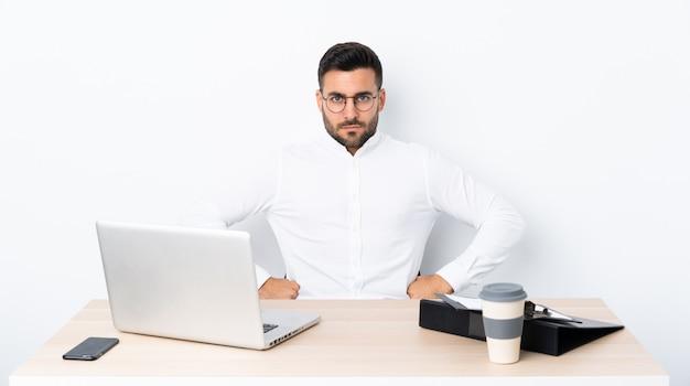 Junger geschäftsmann an einem arbeitsplatz wütend