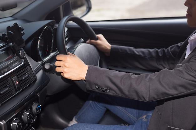 Junger geschäftsmann autofahren
