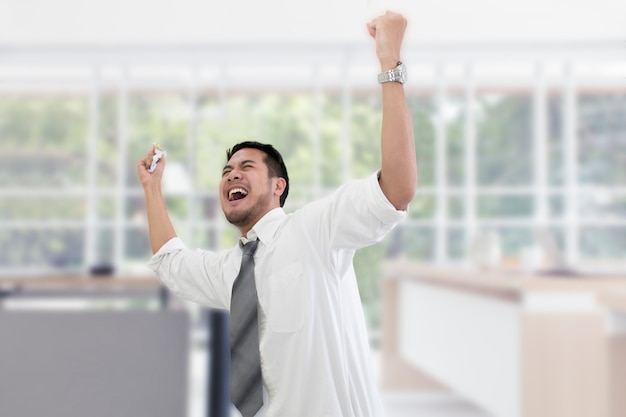 Junger geschäftsmann betontes und überarbeitetes schreien im büro.