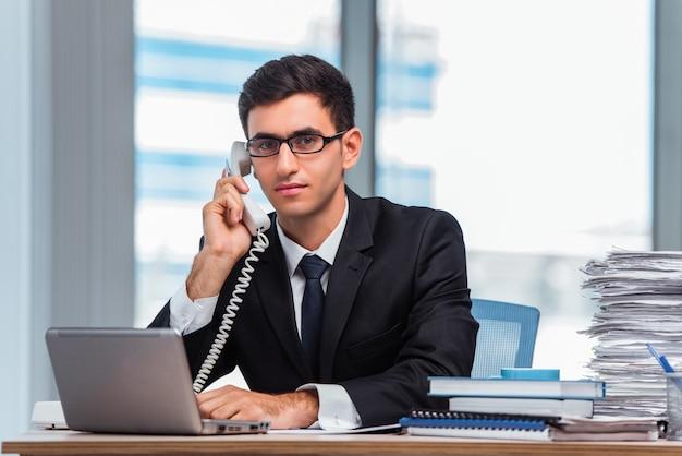 Junger geschäftsmann, der am telefon spricht