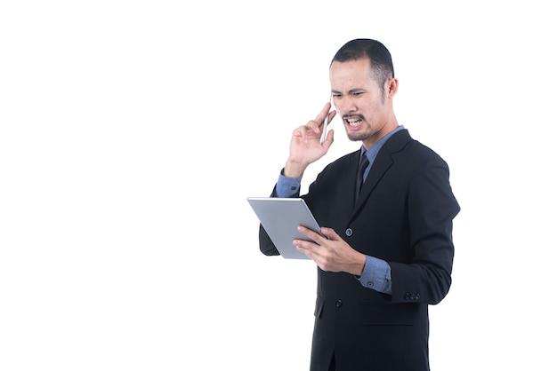 Junger geschäftsmann, der eine digitale tablette, lokalisiert hält